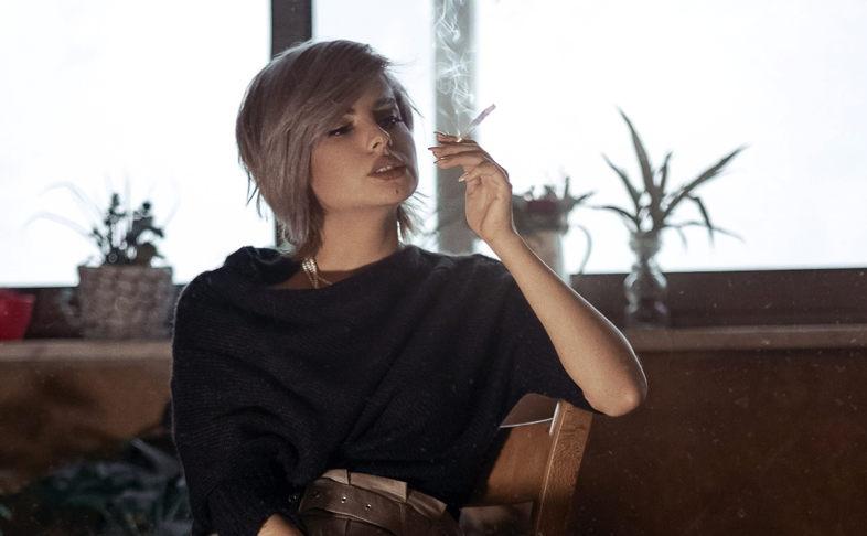 Mädchen raucht
