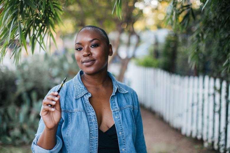 Frau, die mit elektronischer Zigarette mit dem Rauchen aufhörte