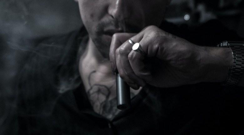 Neophyte des Dampfes mit elektronischer Zigarette für Anfänger