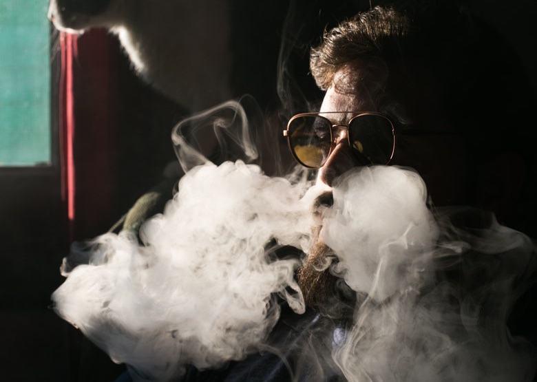 Vaper, der Marihuana-Flüssigkeit einatmet