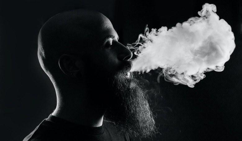 Mann beginnt, elektronische Zigarette zu benutzen