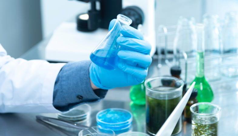 Natürliche und chemische Dampfflüssigkeiten aus dem Labor.