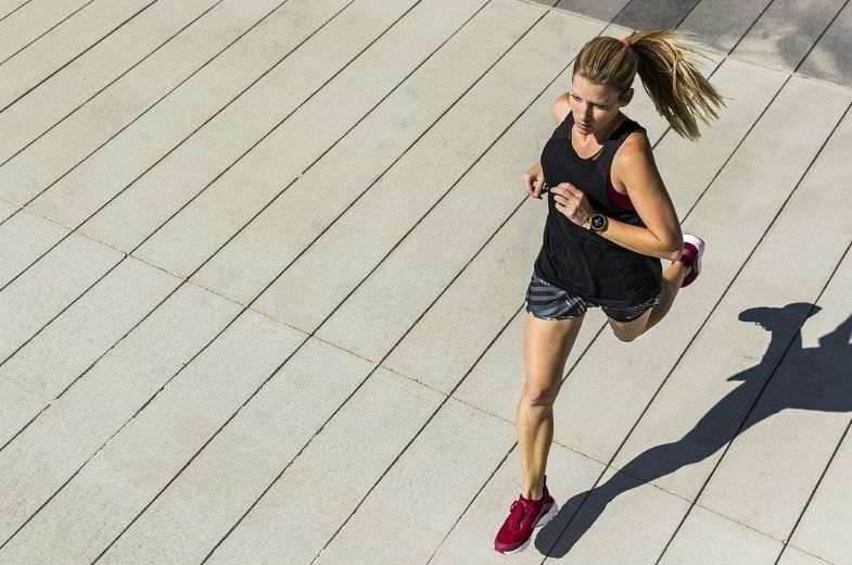 Elektronische Zigarette und Sport: Verbesserung der Leistung eines Mädchens.